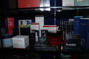 A quantity of beauty products to include Clarins, Estee Lauder, Molton Brown, L'Occitane (Approximately 20 items).