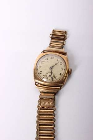 An early 20th century 9ct gold gentleman's wristwatch. Swiss movement with Swiss import marks to case. Cased marked SoR 82129.Square case with round engine turned gold face