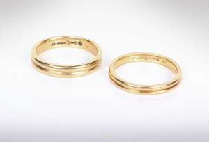 Two 18k gold wedding bands. 9.4g