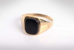 A 9ct gold gentleman's signet ring set with oblong onyx panel. 2.7g