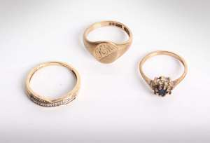 Three 9ct gold and gem set rings 7.4g