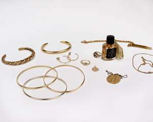 A collection of unmarked yellow metal jewellery.